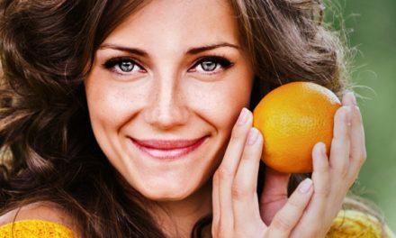 Vitamina C para o rosto: ela ajuda mesmo a prevenir a flacidez?